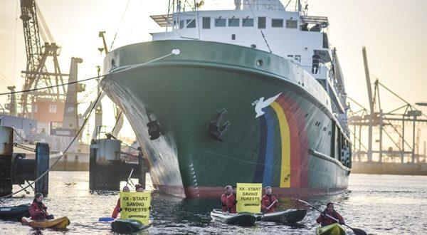 Le navire de Greenpeace MY Esperanza en expédition dans les eaux ouest africaines